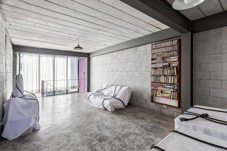 Residência Laura: Salas de estar minimalistas por ARKITITO