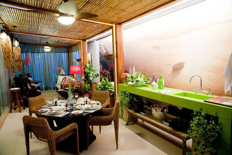 Mostra Artefacto Beach & Country Varanda Gourmet: Terraços  por FJ Novaes Light Projects