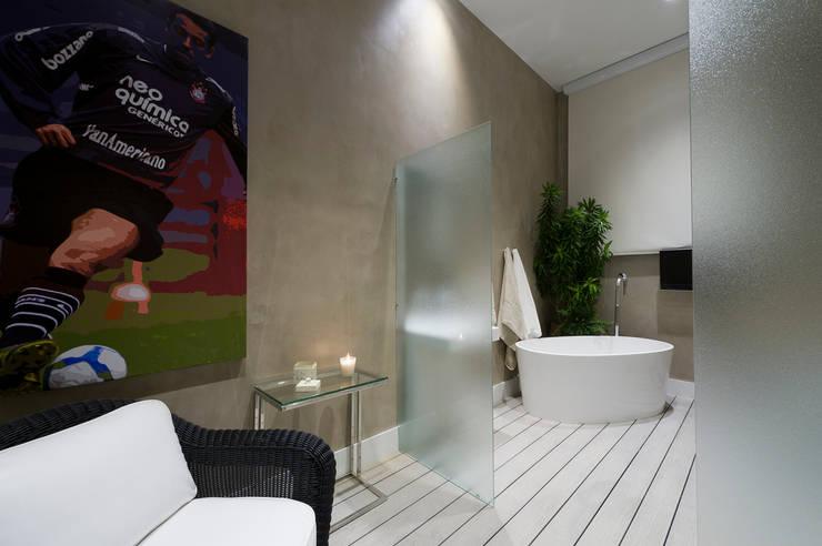Casa Cor SP Suíte de Futebol: Banheiros  por FJ Novaes Light Projects