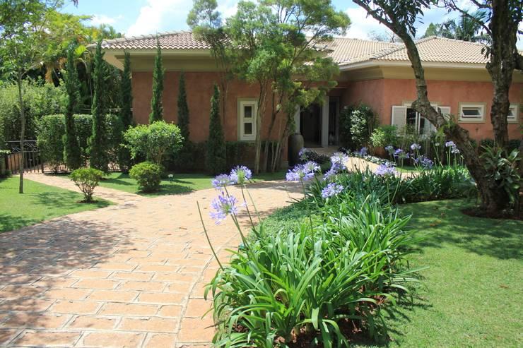 Jardins rústicos por Mera Arquitetura Paisagistica