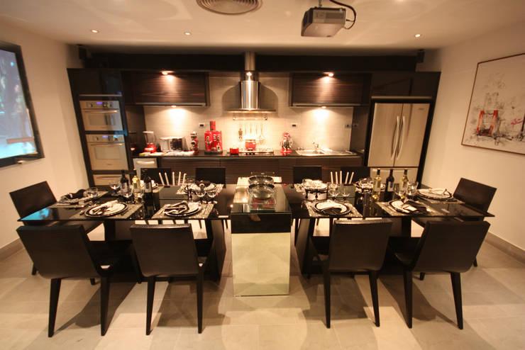 Mostra Artefacto Haddock Lobo - São Paulo: Cozinhas  por FJ Novaes Light Projects,