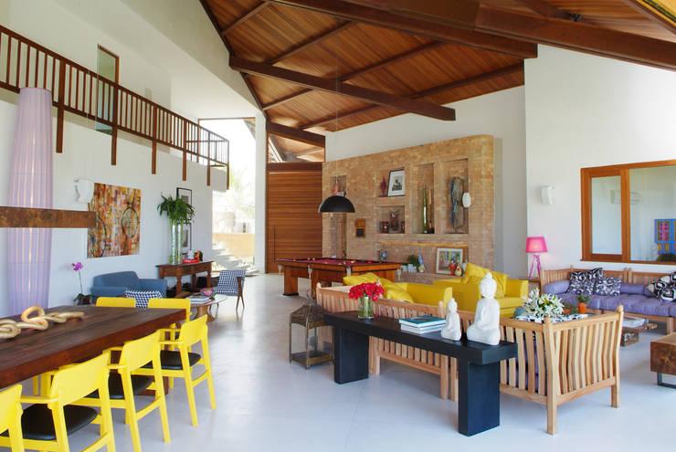 Casa Praia dos Lagos: Salas de estar  por Arquitetura 3