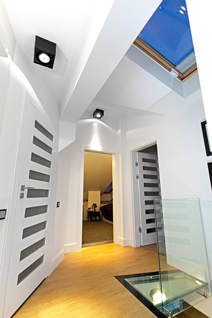 okno połaciowe: styl , w kategorii Korytarz, przedpokój zaprojektowany przez RED design,