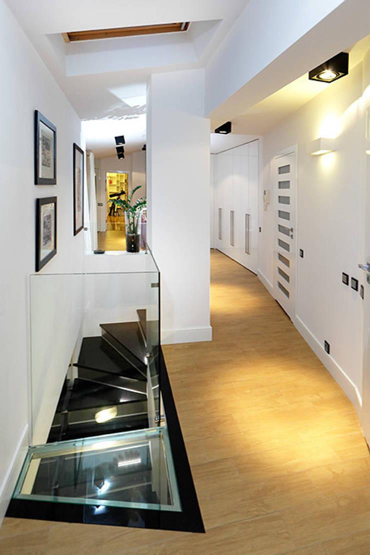 korytarz: styl , w kategorii Korytarz, przedpokój zaprojektowany przez RED design,