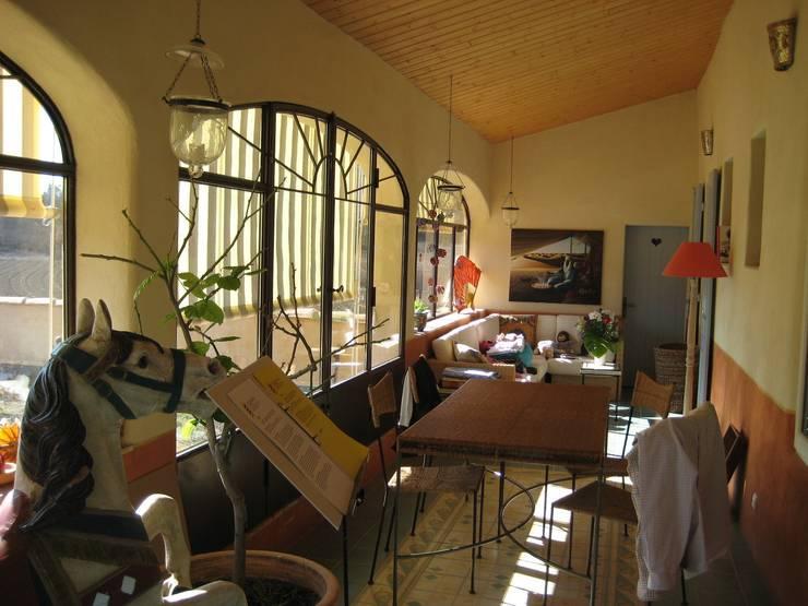 CHAMBRES D HOTES D EXCEPTION EN PAYS VAROIS: Terrasse de style  par cecile Aubert architecte dplg