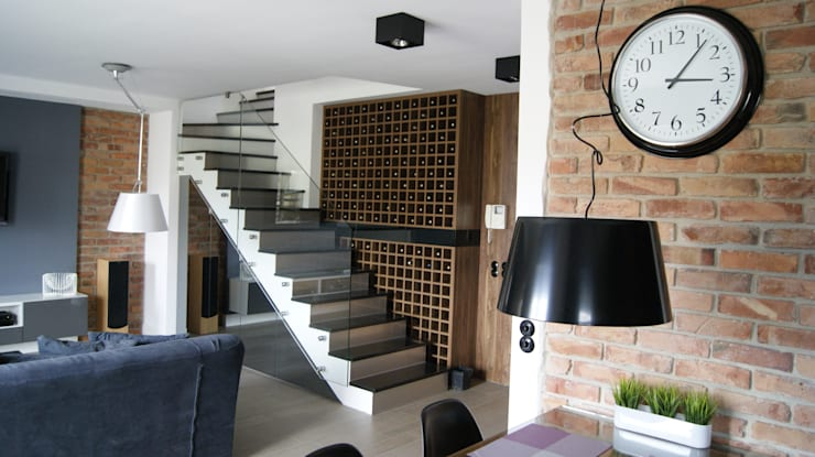 Pokaźna winiarka przy schodach: styl , w kategorii Salon zaprojektowany przez RED design,