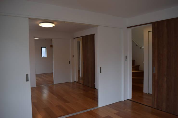居室群: uedA一級建築士事務所が手掛けた寝室です。