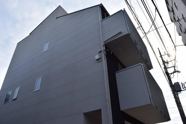 東面見上げ: uedA一級建築士事務所が手掛けた家です。,