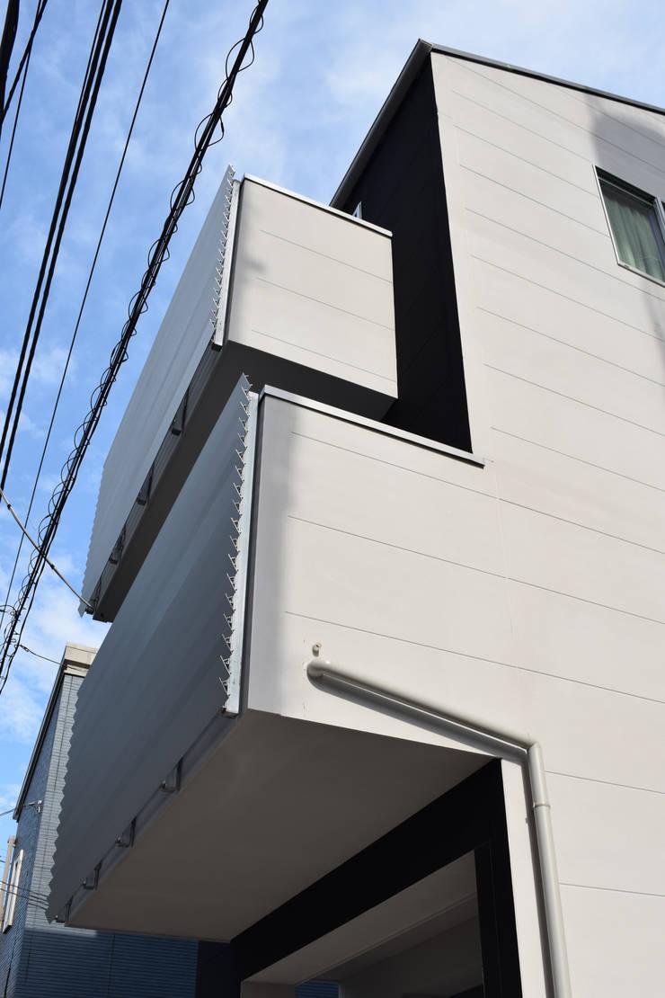 西面見上げ: uedA一級建築士事務所が手掛けた家です。,