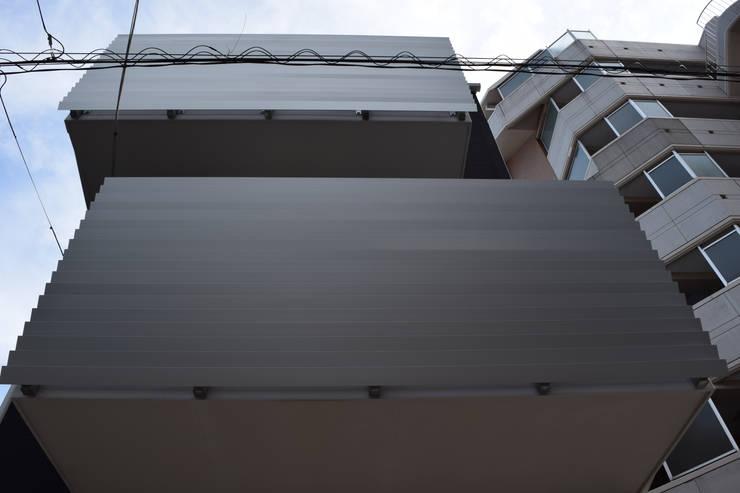 バルコニー見上げ: uedA一級建築士事務所が手掛けた家です。,
