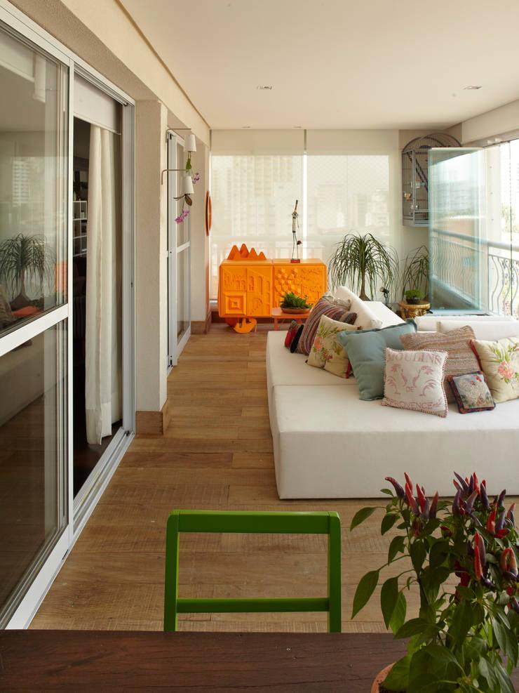 Apartamento em Perdizes: Terraços  por Lovisaro Arquitetura e Design