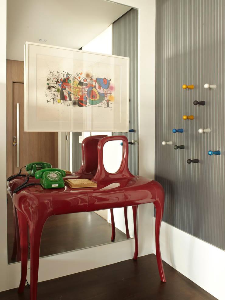 Apartamento em Perdizes: Corredores e halls de entrada  por Lovisaro Arquitetura e Design