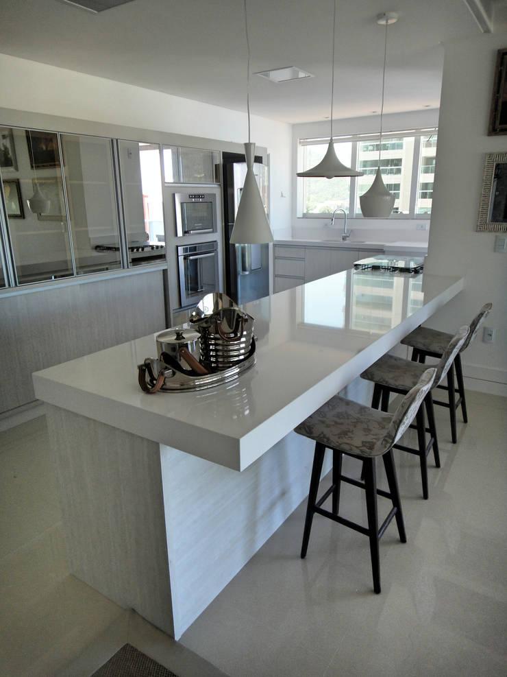 Projeto Residencial em Itapema, SC-BR. Apartamento de Praia. Cozinhas modernas por Gabriela Herde Arquitetura & Design Moderno