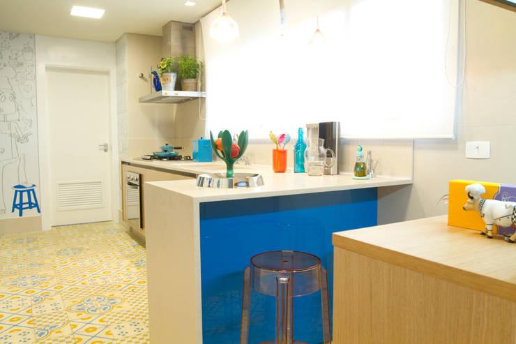 Apartamento em Perdizes: Cozinha  por Lovisaro Arquitetura e Design