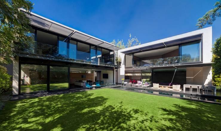 Casa Dalias: Terrazas de estilo  por grupoarquitectura