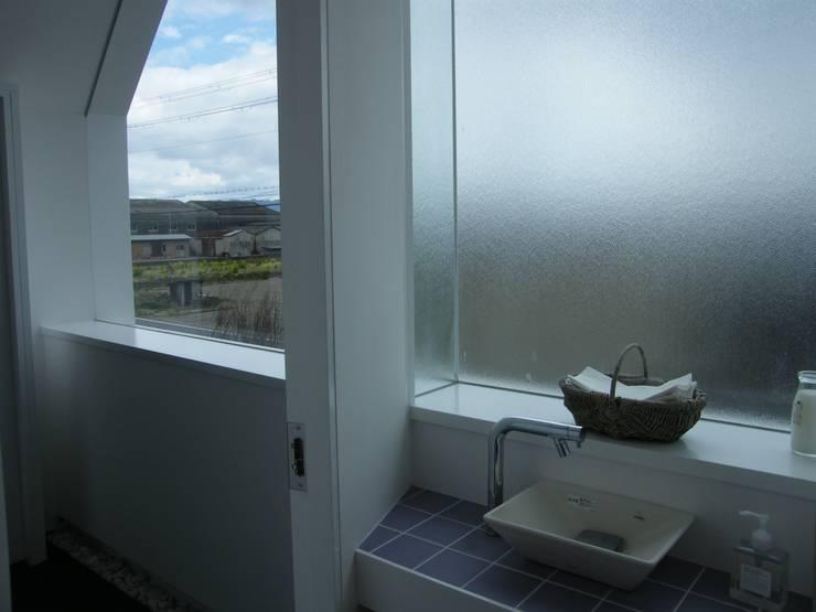 Atelier Tsuzuri: ADS一級建築士事務所が手掛けた浴室です。