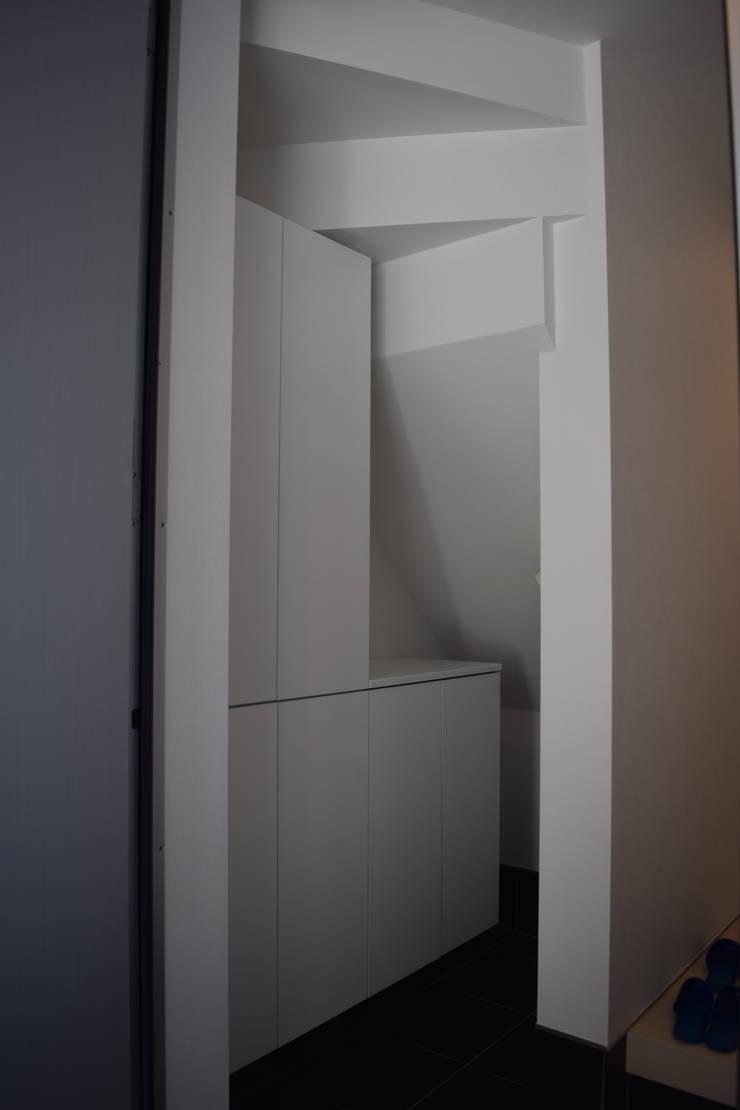 玄関階段下: uedA一級建築士事務所が手掛けた廊下 & 玄関です。,