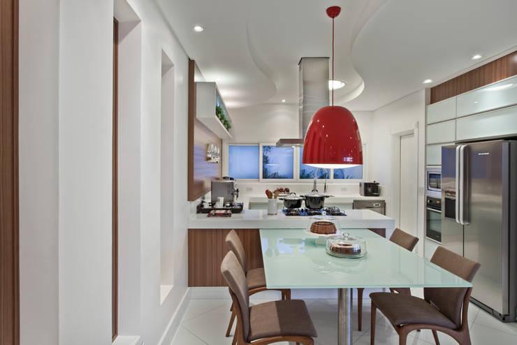 Casa Limeira: Cozinhas  por Arquiteto Aquiles Nícolas Kílaris