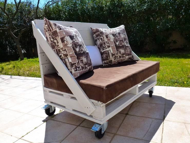 Canapé 2 places à roulettes en palettes: Balcon, Veranda & Terrasse de style  par 2nd Chance Créations