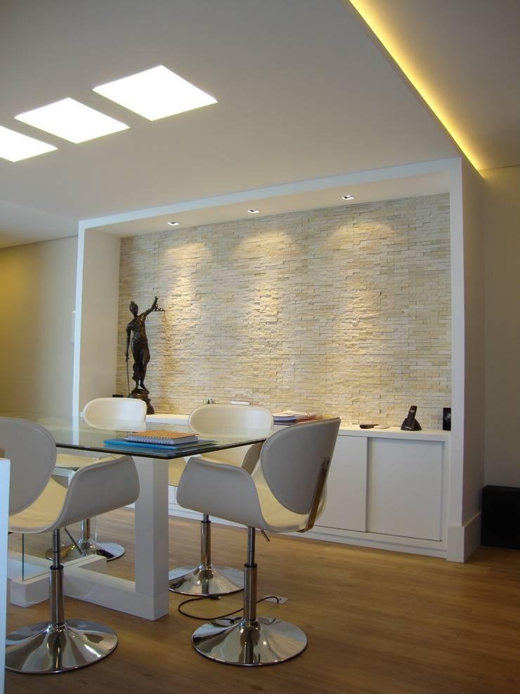 Sala de reuniões: Espaços comerciais  por Paula Szabo Arquitetura