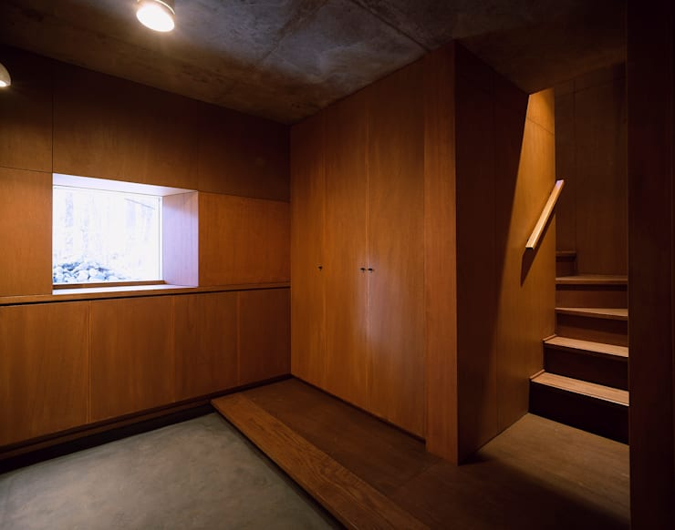 K-VILLA / 北軽井沢の別荘: 森吉直剛アトリエ/MORIYOSHI NAOTAKE ATELIER ARCHITECTSが手掛けた廊下 & 玄関です。