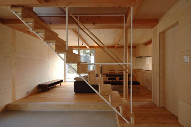 ウイングハウスのエントランス: 土居建築工房が手掛けた廊下 & 玄関です。
