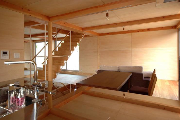 ウイングハウスのリビング: 土居建築工房が手掛けたダイニングです。
