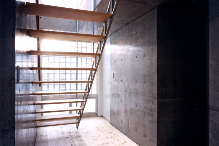 コートハウス2の階段: 土居建築工房が手掛けた廊下 & 玄関です。
