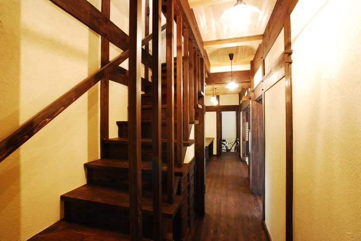 階段: WOOD PROが手掛けた廊下 & 玄関です。