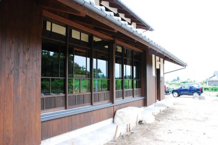外観建具: WOOD PROが手掛けた窓です。