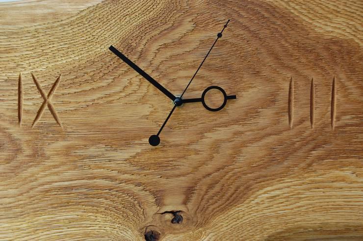 Zegar z dębu szczotkowanego i olejowanego: styl , w kategorii Korytarz, hol i schody zaprojektowany przez Meble Autorskie Jurkowski