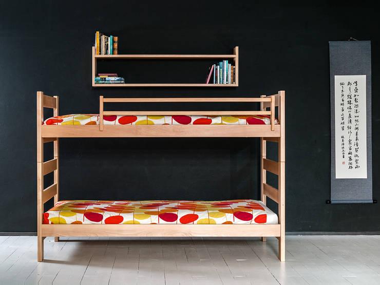 Litera infantil de madera con cabezales altos en la cama superior y baldas: Habitaciones infantiles de estilo  de Haiku-Futon
