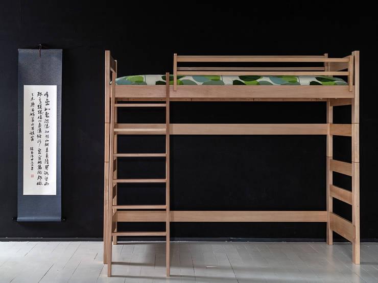 Litera juvenil en madera de haya maciza, con hueco interior y cabezales altos, escalera inclinada y de 170cm de altura: Dormitorios de estilo  de Haiku-Futon