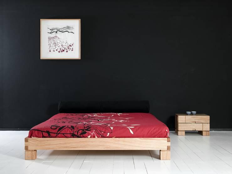Cama Ombu con mesilla de noche Ombu de 2 cajones en maderas de roble macizas: Dormitorios de estilo  de Haiku-Futon