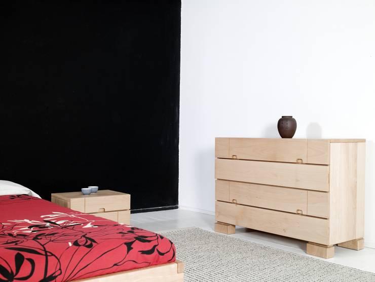 Comoda Ombu realizada en madera de haya maciza: Dormitorios de estilo  de Haiku-Futon