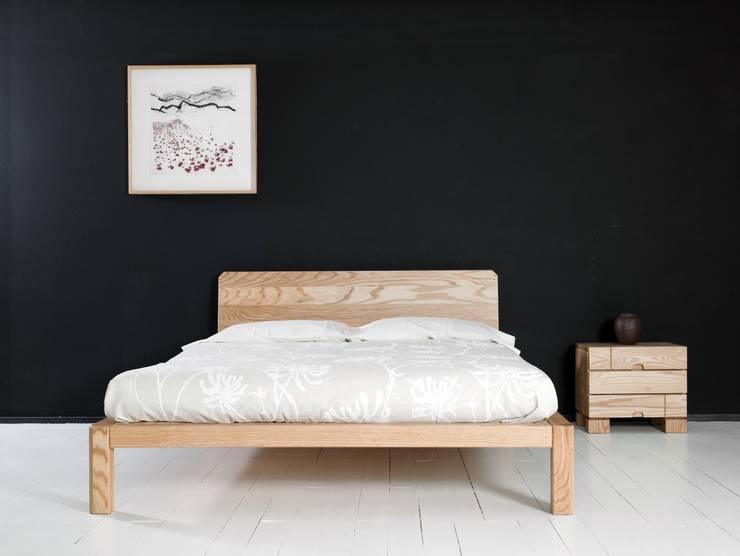 Cama Samura con cabezal y mesilla Ombu de 3 cajones en maderas de roble macizas: Dormitorios de estilo  de Haiku-Futon
