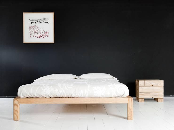 Cama Samura sin cabezal y mesilla Ombu de 3 cajones en maderas de roble macizas: Dormitorios de estilo  de Haiku-Futon