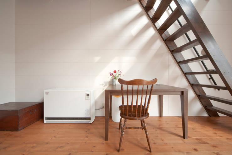 建築家の元自邸をリノベーションでさらに快適な空間に!: 株式会社リボーンキューブが手掛けた書斎です。,