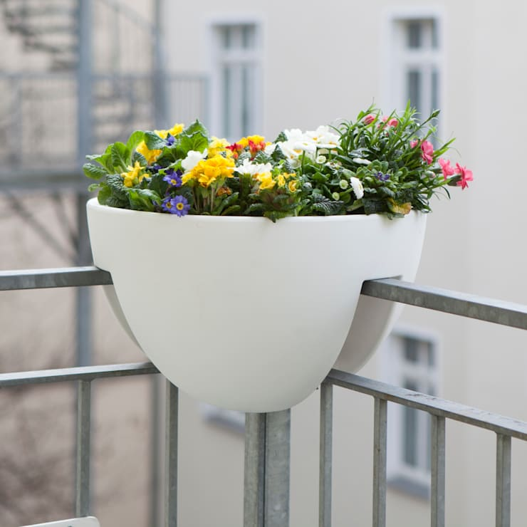 eckling: Der Blumenkasten für die Geländerecke:  Balkon, Veranda & Terrasse von studio michael hilgers