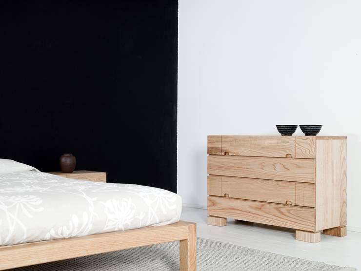 Cama Samura y cómoda Ombu en maderas de roble macizas: Dormitorios de estilo  de Haiku-Futon