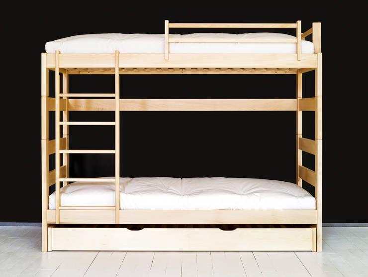 Litera juvenil de madera de 140cm. de altura con cama Nido y escalera vertical: Dormitorios de estilo  de Haiku-Futon