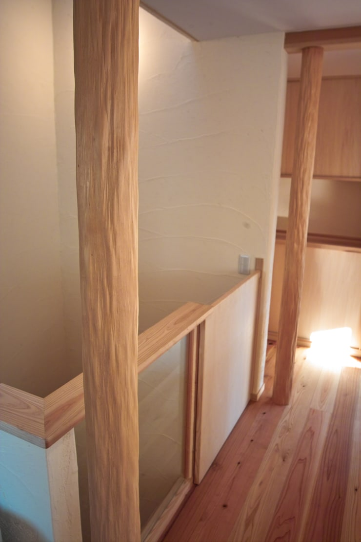階段の床柱: 「有」ひなたの場所 建築設計事務所が手掛けた廊下 & 玄関です。,オリジナル