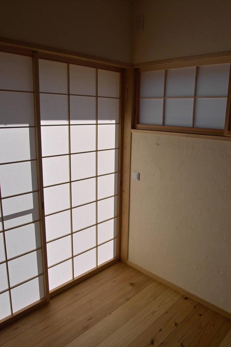 障子と光: 「有」ひなたの場所 建築設計事務所が手掛けたリビングです。,オリジナル