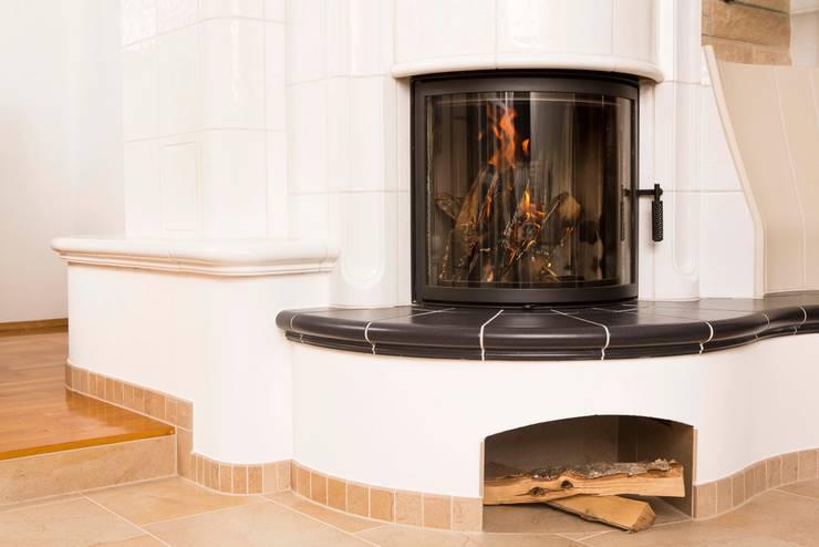 Warmluft- Kachelofen:  Wohnzimmer von Kaminbau Schulz