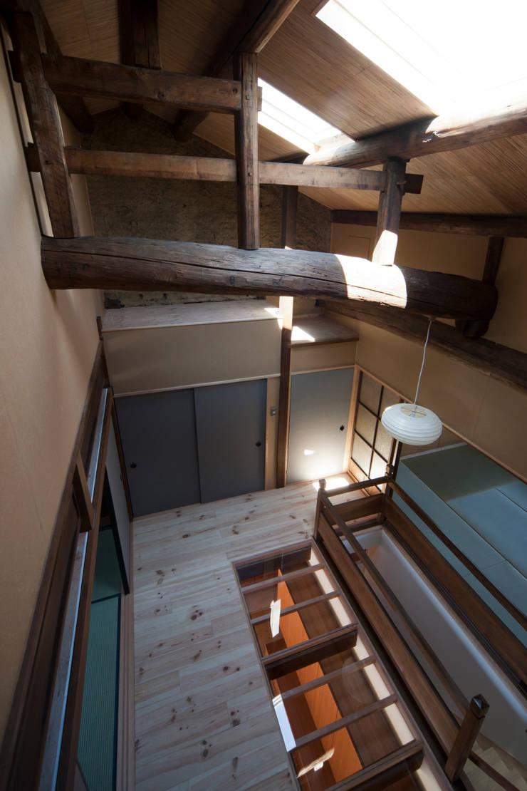 ホール見下ろし: アトリエ・ブリコラージュ一級建築士事務所が手掛けた和室です。