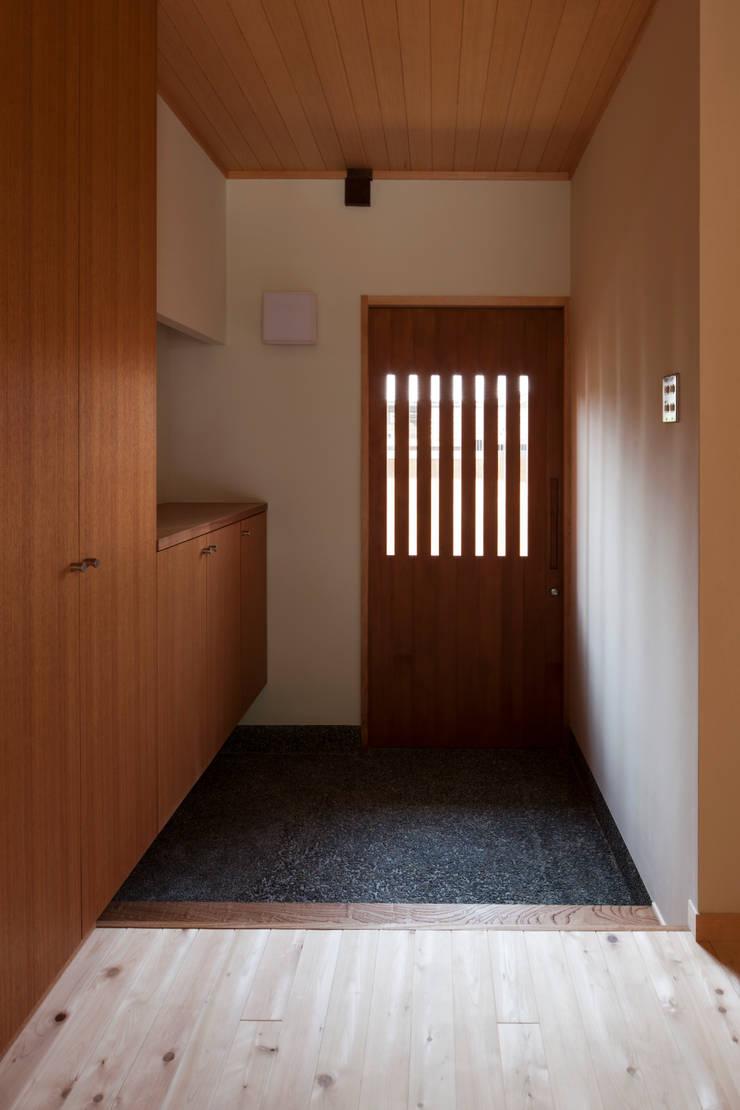 玄関: アトリエ・ブリコラージュ一級建築士事務所が手掛けた廊下 & 玄関です。