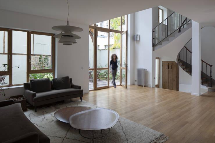 Salon : Salon de style  par Atelier architecture située