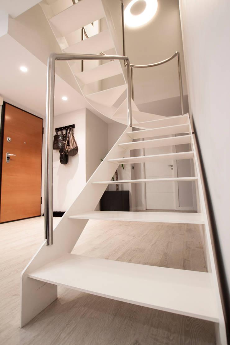 Como decorar mi casa para ganar luz: Pasillos y vestíbulos de estilo  de Estatiba construcción, decoración y reformas en  Ibiza y Valencia, Moderno