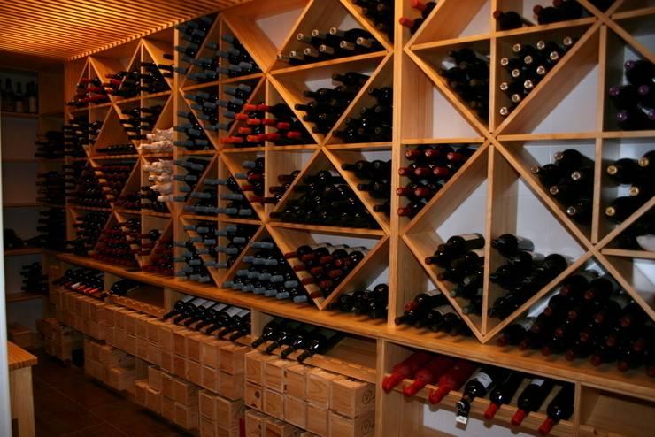 Estanterías para cava de vinos: Bodegas de estilo moderno de Adrados taller de ebanistería