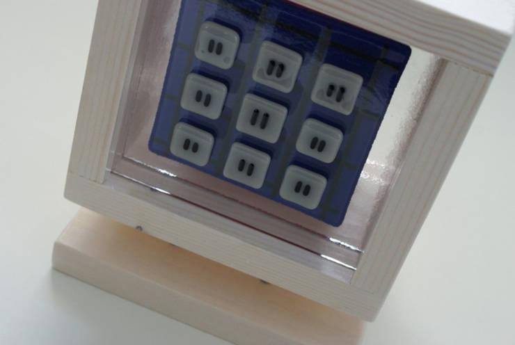 object van glas en hout - 1:  Kunst  door Margreet Takken